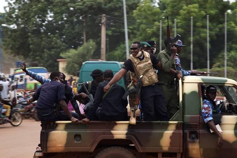 Soldados circulam em rua de Bamaco, capital do Mali, no dia seguinte ao golpe de Estado