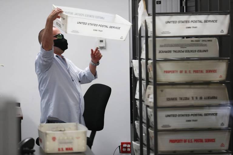 Funcionários do condado de Miami-Dade preparam cédulas de votação por correspondência