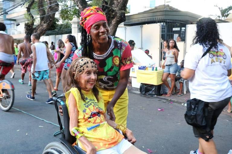 Mulher em cadeira de rodas no Carnaval