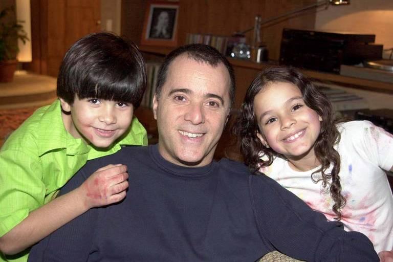 Téo Ribeiro Alves (Toni Ramos) com os filhos Lucas (Victor Curgula) e  Salete (Bruna Marquezine)
