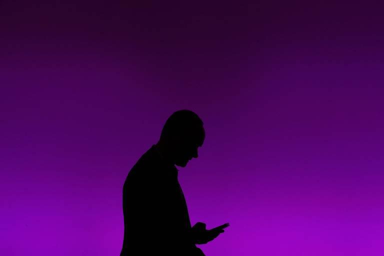 Homem com celular na mão; pesquisadores descobrem que tecnologia de áudio pode ajudar a clonar uma chave