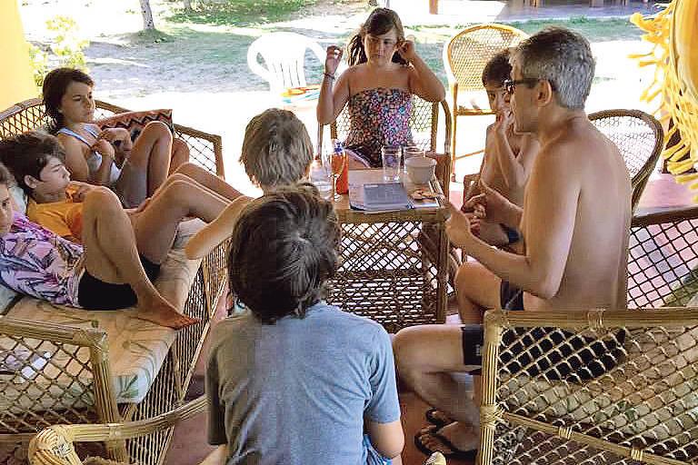 Otavio Frias Filho conta histórias para as crianças durante férias na praia de Carneiros, em Pernambuco, em janeiro de 2016