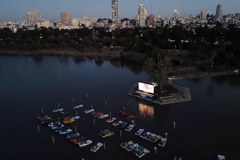 Israel inaugura cinema flutuante para exibição segura em meio ao coronavírus, em Tel Aviv