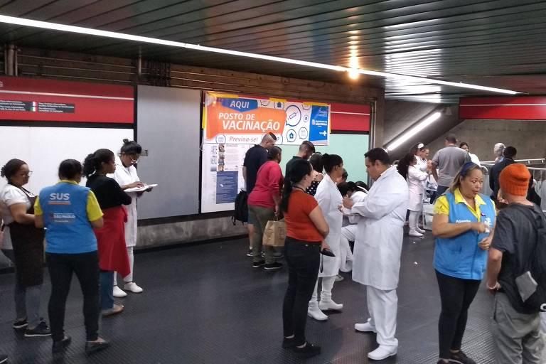 Fila de pessoas para a Campanha de Vacinação em posto montado na estação Santa Cecília do Metrô, em julho do ano passado