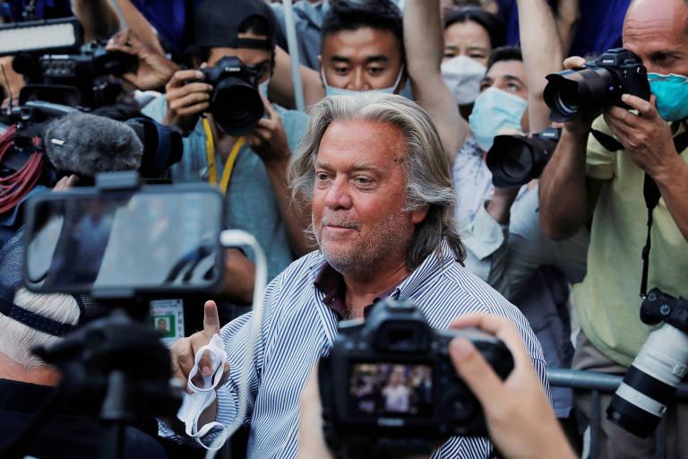 Ex-estrategista da Casa Branca Steve Bannon deixa a corte federal de Manhattan, em Nova York