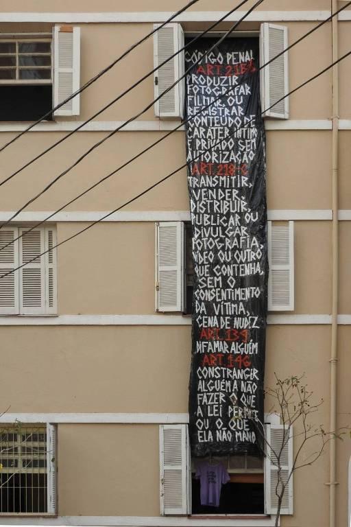 Moradora coloca faixa na janela após ser fotografada nua por vizinhos, em Perdizes, na zona central da capital paulista