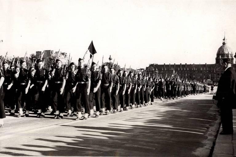 Soldados marcham