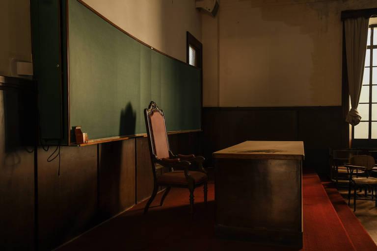 Mesa de professor em sala de aula.