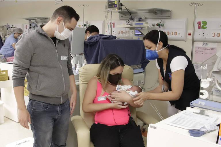 A vendedora Ana Júlia da Silva Lopes e o marido, Thiago, no dia em que conheceram a filha, Maria Júlia, na UTI neonatal do Hospital da Criança e Maternidade, de São José do Rio Preto (SP), após 18 dias do nascimento
