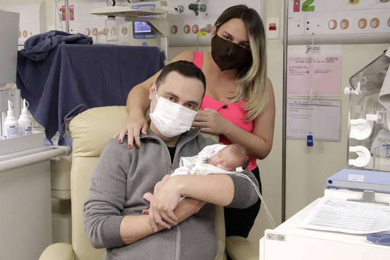 Ao lado de Ana Júlia, Thiago recebe o seu maior presente do Dia dos Pais, a pequena Maria Júlia, que teve alta da UTI neonatal no último dia 14
