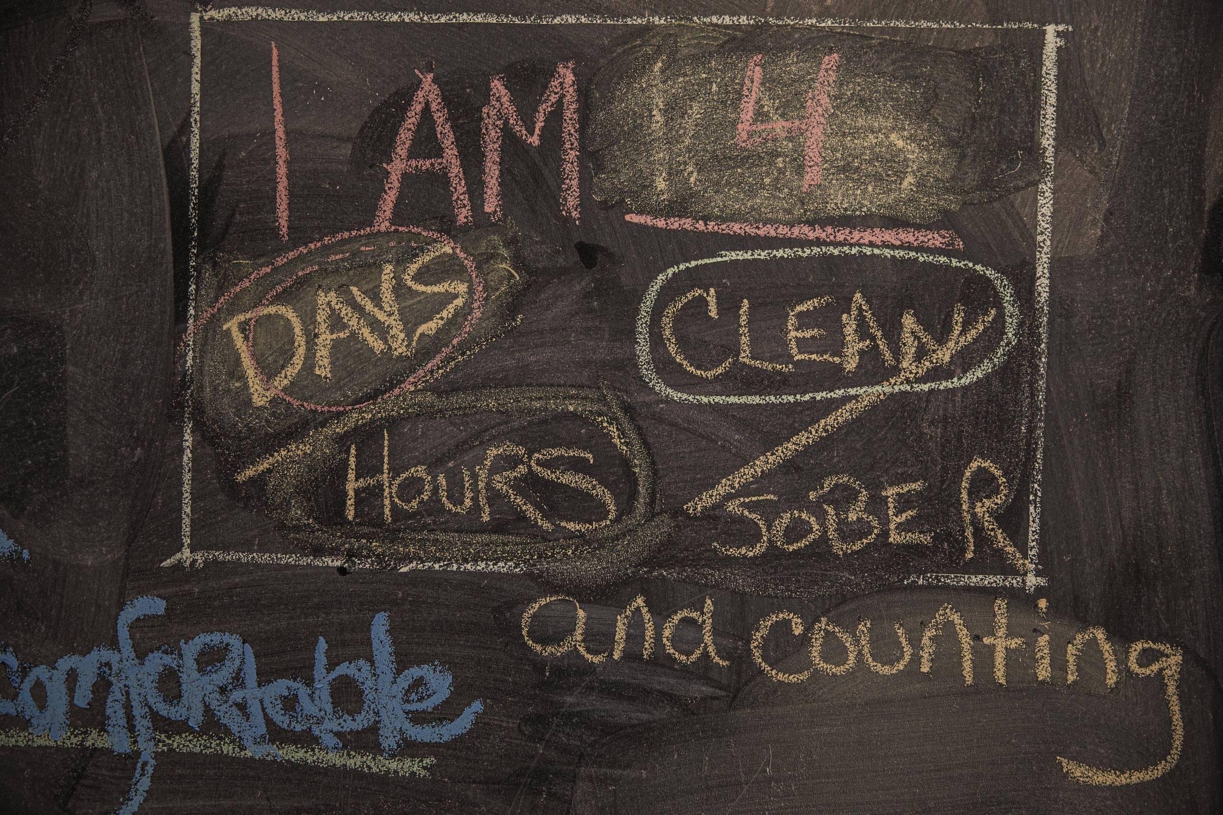 Frases escritas por pacientes em parede da clínica Maryhaven, em Columbus