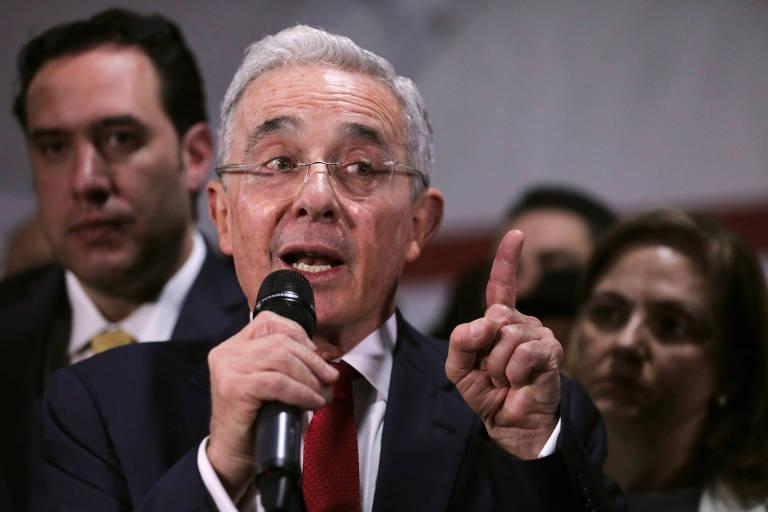 O ex-presidente da Colômbia Álvaro Uribe durante entrevista coletiva em Bogotá
