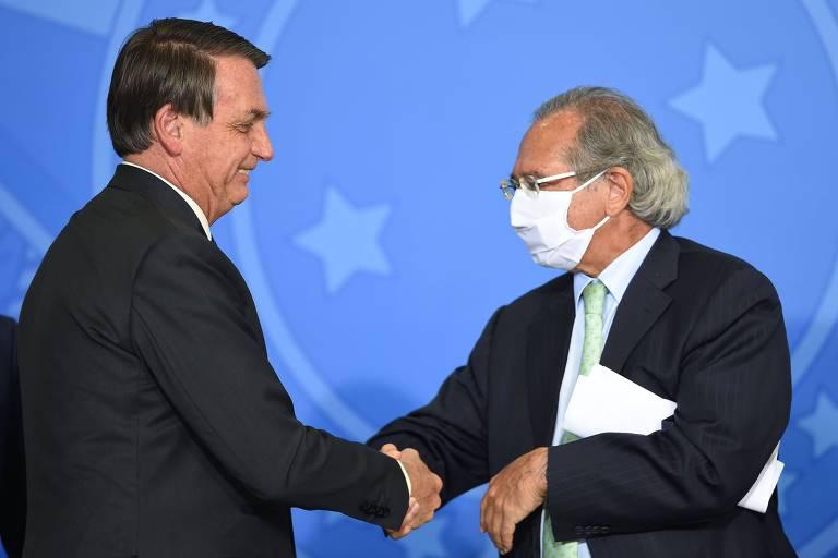 O presidente da República, Jair Bolsonaro, cumprimenta o ministro da Economia, Paulo Guedes