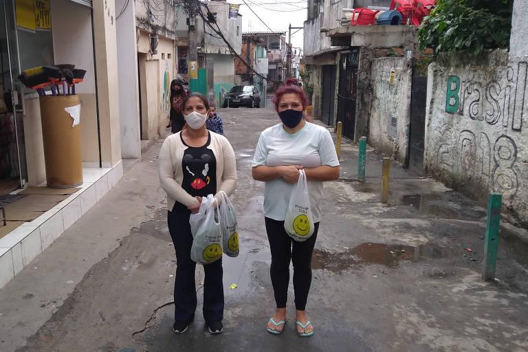 Márcia Melo e Lenilda Araújo, moradoras da avenida Fim de Semana, no Jardim São Luiz (zona sul), sofrem com a falta de rede de internet