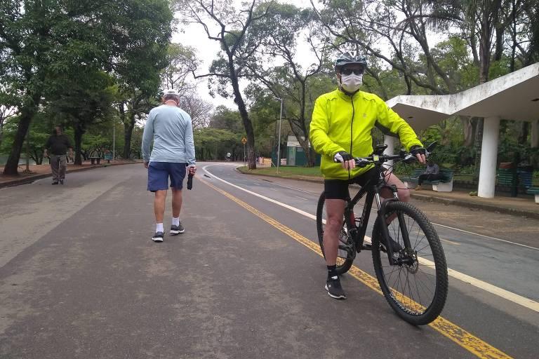O advogado Luiz Heitor Mayer, aos 71 anos, pedala, faz caminhadas e mergulho para manter uma boa forma física