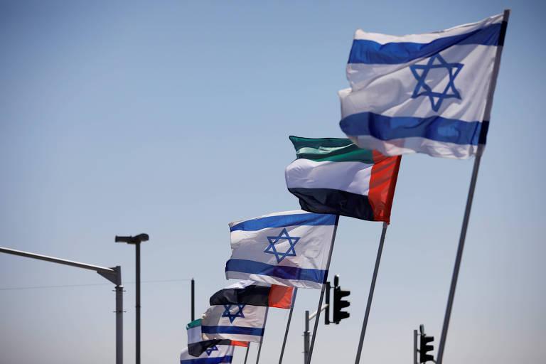 Bandeiras de Israel e dos Emirados Árabes Unidos em estrada em Netanya