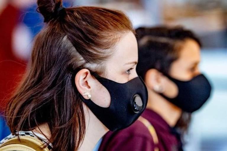 O look de 2020: máscaras que cobrem o rosto são obrigatórias para quem sai de casa