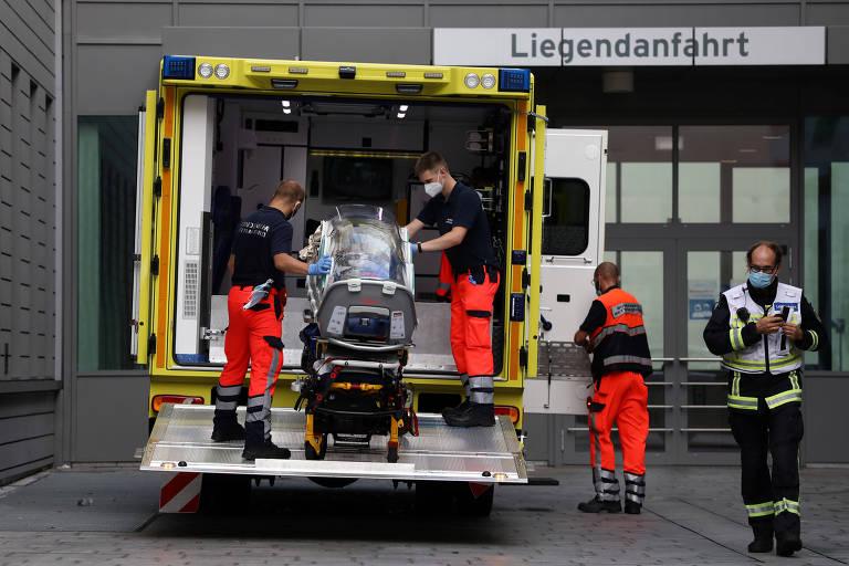 Paramédicos colocam maca dentro de ambulância para transportar o líder da oposição russa, Alexei Navalni, para hospital em Berlim