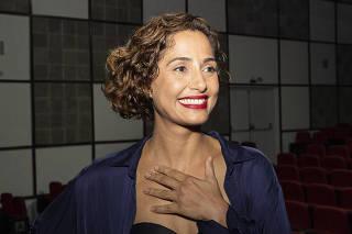 Atriz Camila Pitanga durante estreia da peça