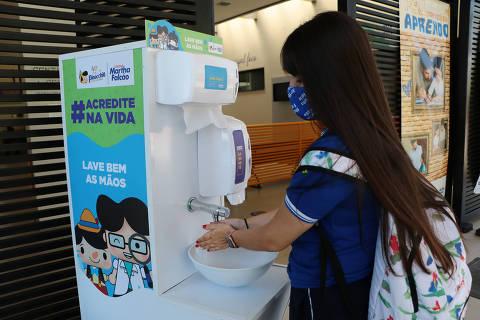 Aluna lava as mãos em um dos procedimentos do novo protocolo para entrada de alunos no Colégio Martha Falcão nesta quarta-feira 19/08/2020 em Manaus (AM).