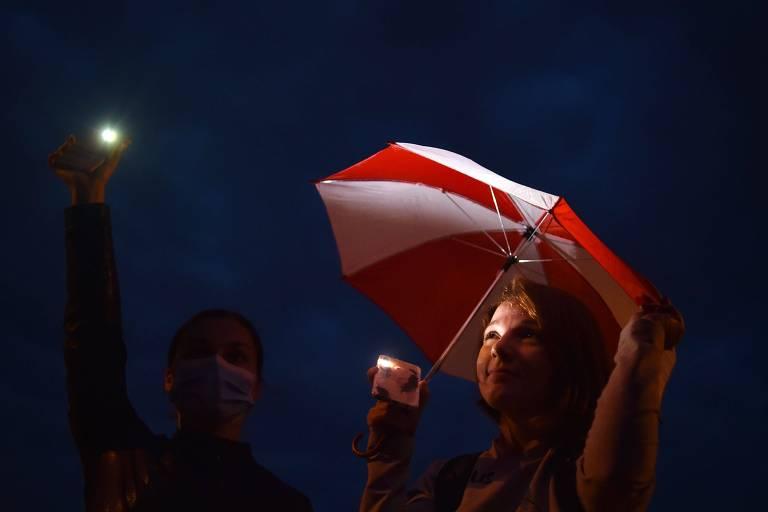 Manifestantes durante protesto contra o regime de Lukachenko na Praça da Independência, em Minsk