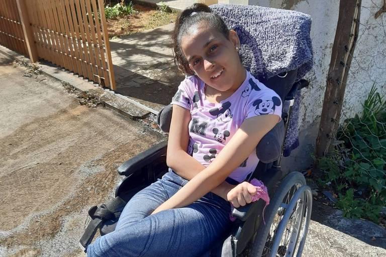 Mikaela Santos sentada na cadeira de rodas