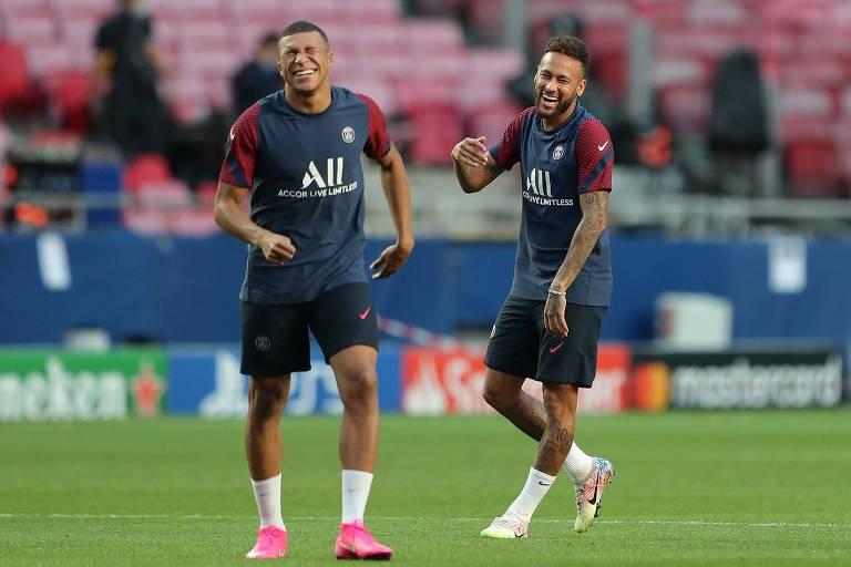 Neymar e Mbappé brincam durante treino na véspera da final da Liga dos Campeões da Europa, entre PSG e Bayern de Munique