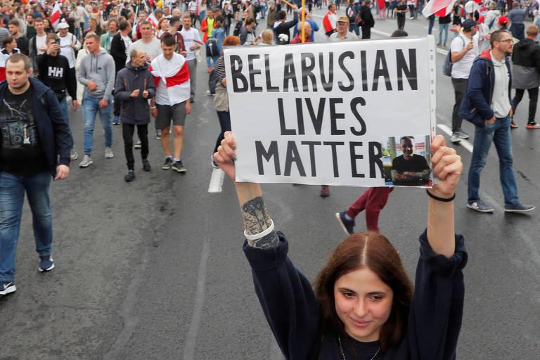 'Vidas bielorrussas importam', diz cartaz em manifestação contra Lukachenko no centro de Minsk