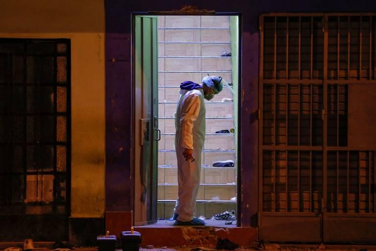 Investigador na boate onde 13 pessoas morreram sufocadas durante ação policial em Lima, no Peru
