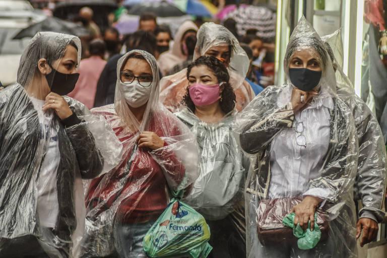 Pessoas circulam de máscaras na região central de São Paulo, onde o uso se tornou obrigatório em maio.