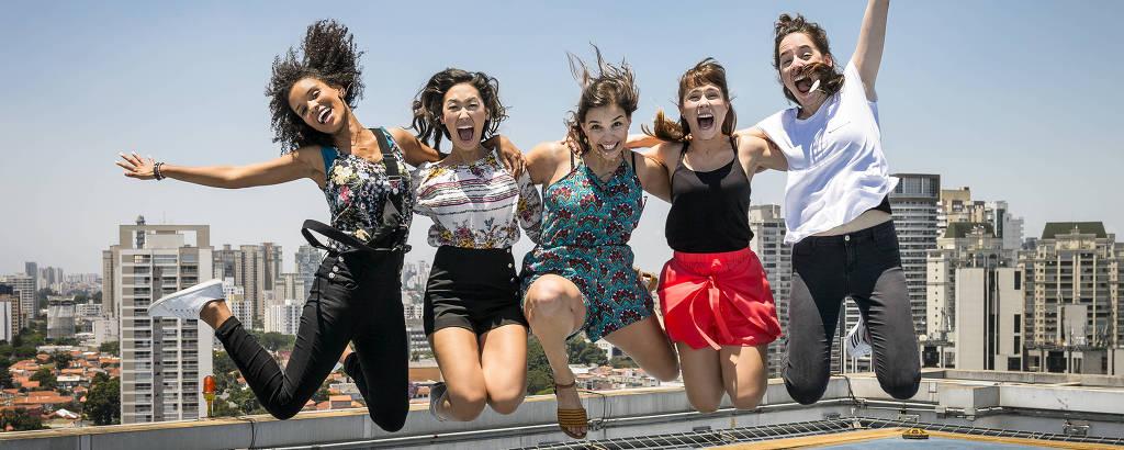Da esq. para dir. as atrizes Heslaine Vieira, Ana Hikari, Gabriela Medvedovski, Daphne Bozaski e Manoela Aliperti