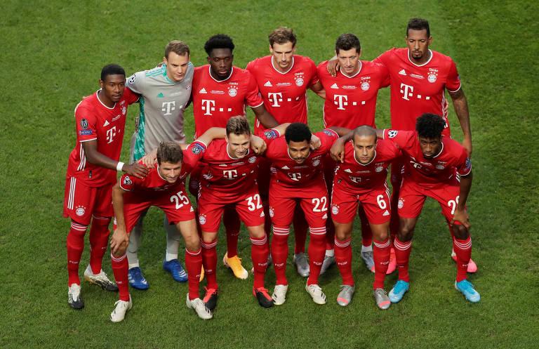 Jogadores do Bayern de Munique posam para foto antes do início do jogo contra o PSG, no Estádio da Luz, em Portugal