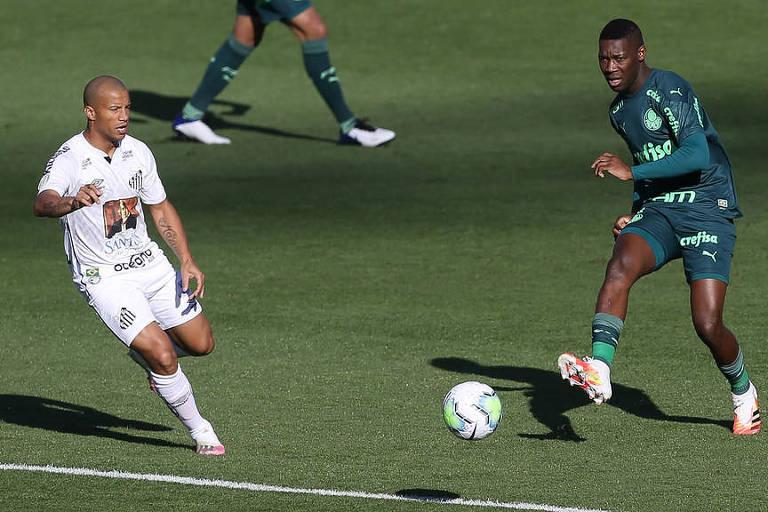 Observado por Carlos Sánchez, Patrick de Paula toca a bola durante clássico entre Palmeiras e Santos neste domingo (23)