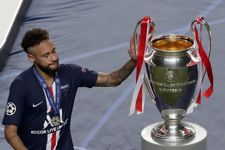 Derrota - Derrotado na final com o PSG, Neymar toca na taça da Liga dos Campeões, entregue ao Bayern
