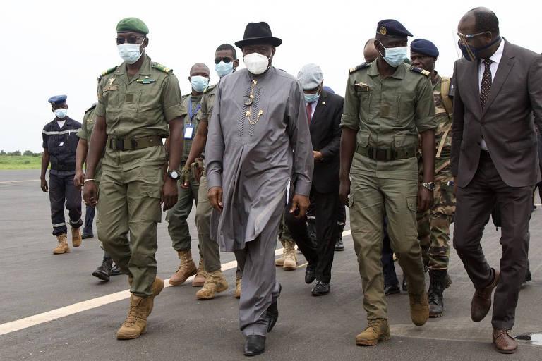 Ex-presidente da Nigéria Goodluck Jonathan, segundo da esquerda para a direita, no aeroporto de Bamaco, parte da delegação de líderes da África Ocidental para negociar crise no Mali