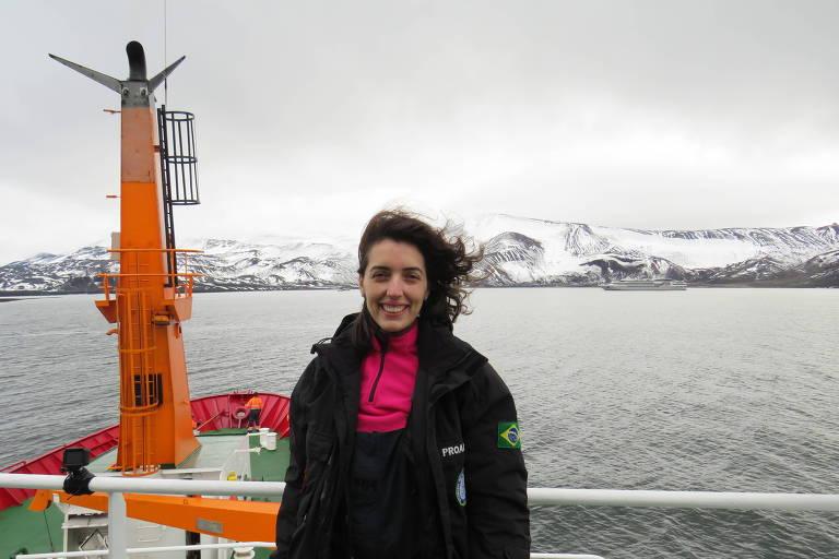 A médica está sorrindo em navio na Antártida