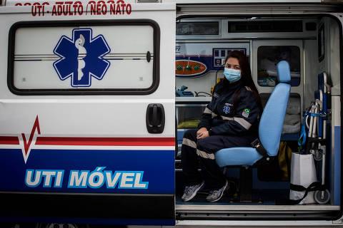 SAO PAULO/ SP, BRASIL, 17.08.2020.  Giuliana é enfermeira de UTI móvel (ambulância) e faz remoções entre hospitais. ***Coronavirus, COVID-19.***  (Foto: Zanone Fraissat/Folhapress, TREINAMENTO)***EXCLUSIVO****