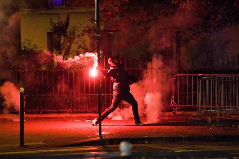 Torcedor do PSG lança rojão perto do estádio Parc des Princes após final da Liga dos Campeões