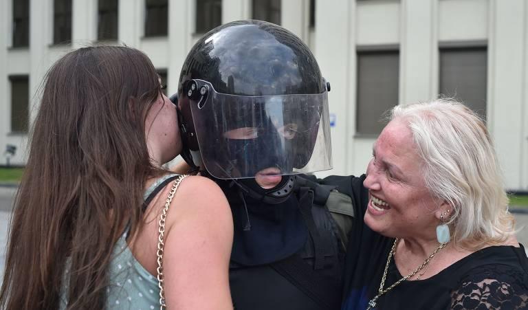 Mulheres e policiais na Belarus
