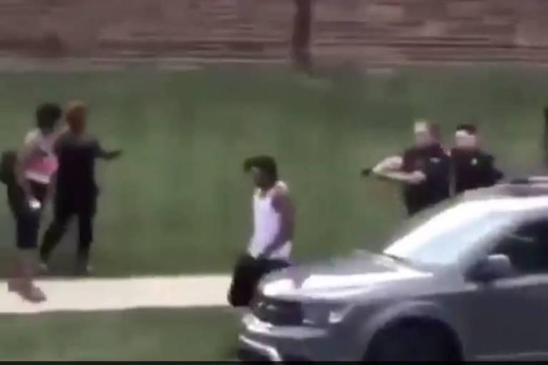 Imagem captada de vídeo que circula nas redes sociais mostra abordagem da polícia a Jacob Blake em Kenosha, Wisconsin
