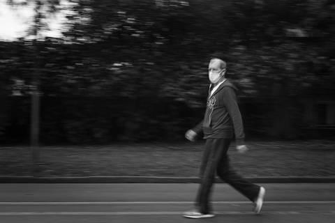 SAO PAULO, SP, BRASIL. 20.08.2020 - Especial sobre idosos praticando esportes. Caminhada e corrida no Parque do Ibirapuera  (foto: Rubens Cavallari/Folhapress, NAS RUAS)* EXCLUSIVO AGORA * MATÉRIA ESPECIAL *