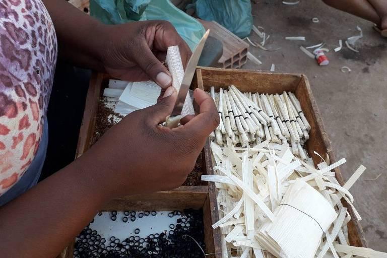 Trabalhador produz cigarro de palha