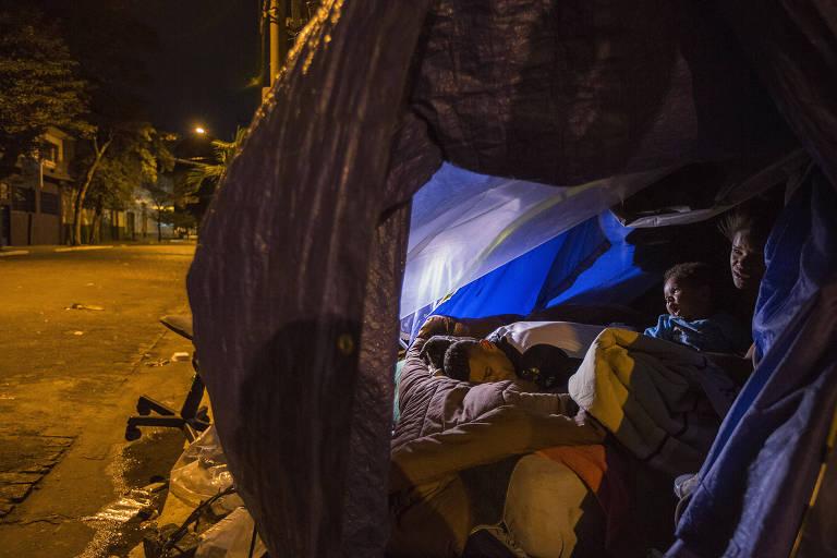 Uma das noites mais frias do ano, na terça (25), atinge moradores de rua de São Paulo