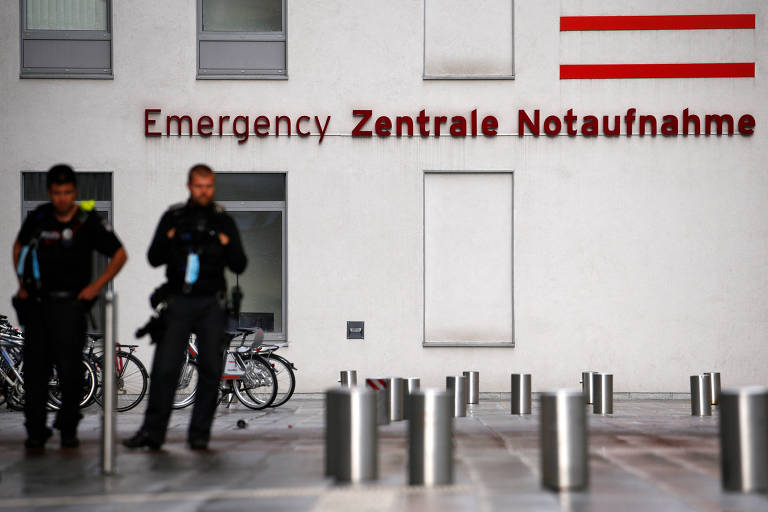 Policiais fazem a segurança no hospital de Berlim onde Navalni está internado