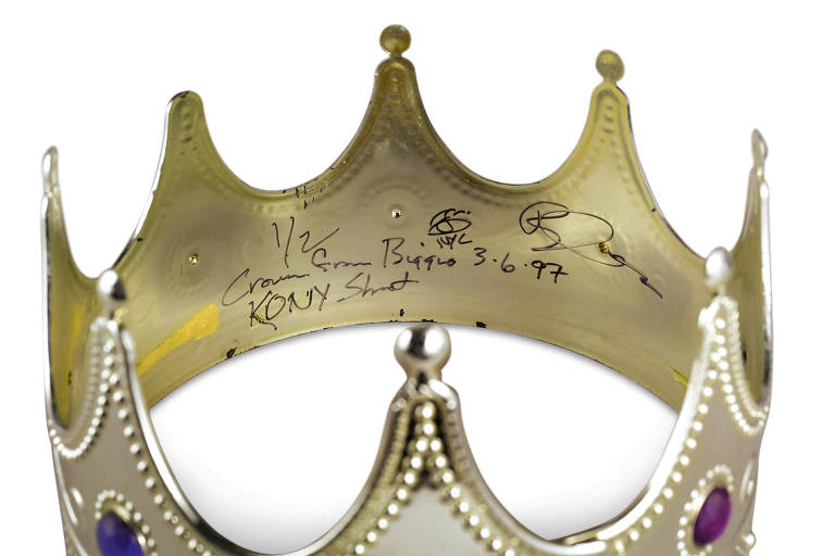 A coroa de plástico usada pelo rapper Notorious B.I.G. para a sessão de fotos intitulada 'Notorious B.I.G as the K.O.N.Y' por Barron Claiborne é retratada nesta foto de folheto fornecida pela Sotheby's, antes de um leilão de 15 de setembro dedicado inteiramente à cultura hip-hop em Nova York