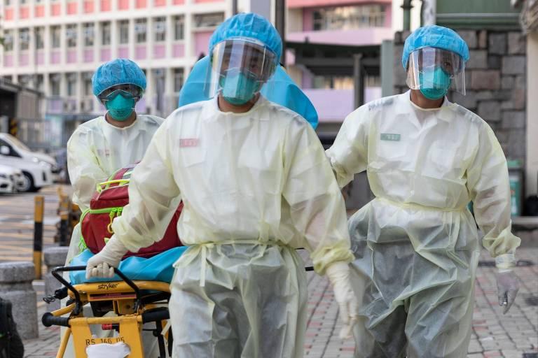 Profissionais da saúde de Hong Kong com equipamentos protetores contra a Covid-19