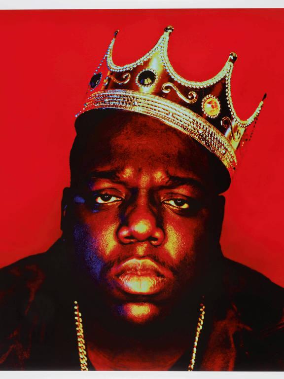 Rapper Notorious B.I.G. é visto nesta foto de 1997 intitulada 'Notorious B.I.G as the K.O.N.Y' por Barron Claiborne. A coroa de plástico usada pelo rapper Notorious B.I.G. para esta sessão de fotos de 1997 está chegando a leilão na Sotheby's em Nova York em 15 de setembro como parte do primeiro leilão dedicado inteiramente à cultura hip-hop
