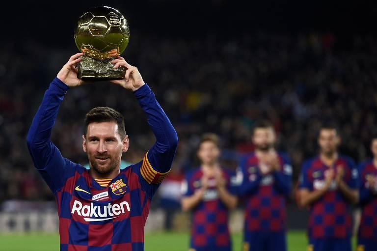 Messi exibe para a torcida do Barcelona a sua sexta Bola de Ouro