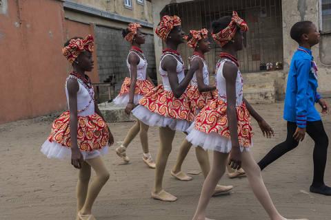 Anthony Madu, à direita, e Chinemerem Duru, Olamide Olawale, Beauty Omondiagbe, Daniella Nnamani e Precious Duru, alunos da Leap of Dance Academy, em Lagos, Nigéria, em 1º de agosto de 2020 ORG XMIT: XNYT82