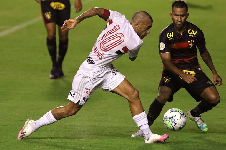 Daniel Alves em ação pelo São Paulo na partida contra o Sport, na Ilha do Retiro